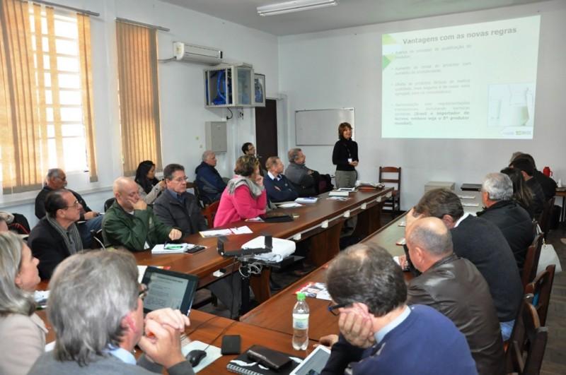 Mesa de reunião com os participantes da Câmara Setorial do Leite