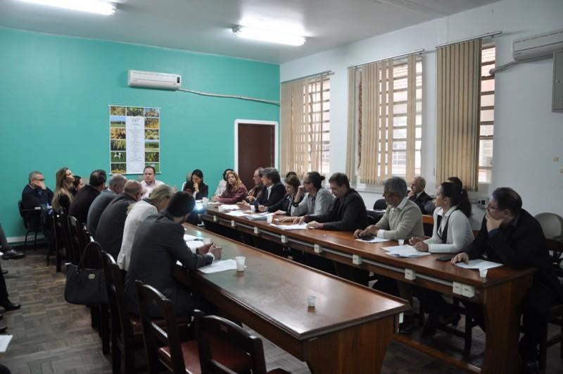 Mesa de reunião com participantes