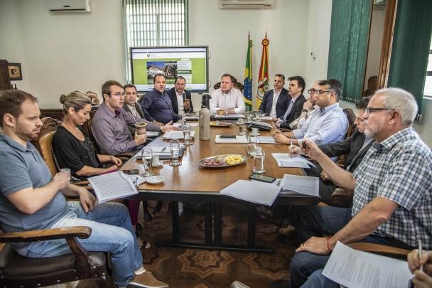 Mesa de reunião com representantes setoriais